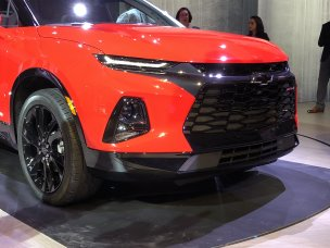2019-chevrolet-blazer-rs-exterior-live-reveal-009-front-end-with-chevy-logo